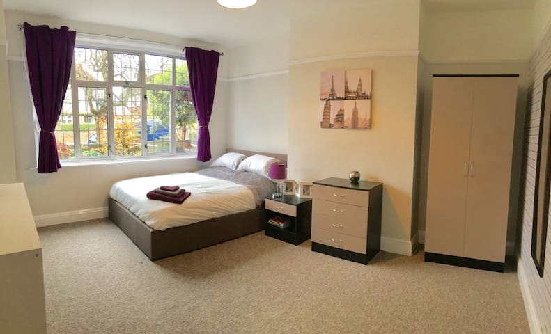 LARGE Hotel Quality Room in Castle rd area Bedford - Bedford - Casa
