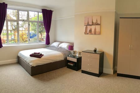 LARGE Hotel Quality Room in Castle rd area Bedford - Bedford - House