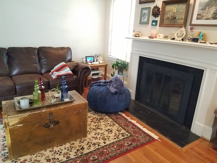 Cozy 40's Bungalow, 10 min from Airport!