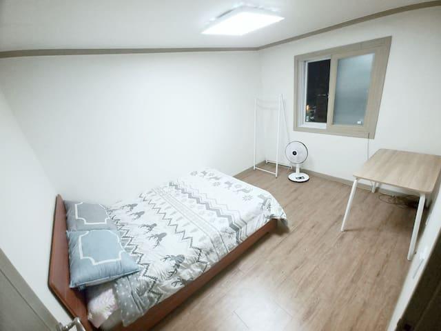 A spacious room in Mangwon, Hongdae, Hapjeong