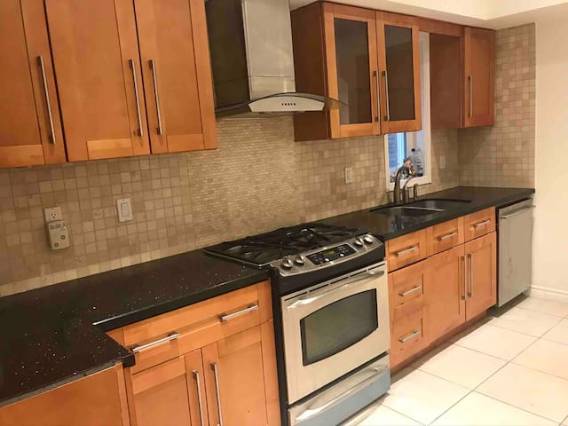 New Modern Downtown 1 Bedroom Apt Prime Location