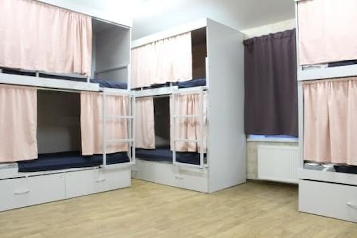 Place in a six-bed dormitory room