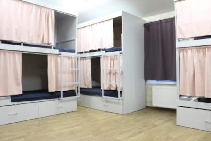 Place in a six-bed dormitory room for women only