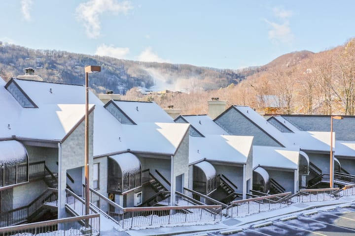 Ski view condo w/ shared pools & a fireplace - close to Gatlinburg!