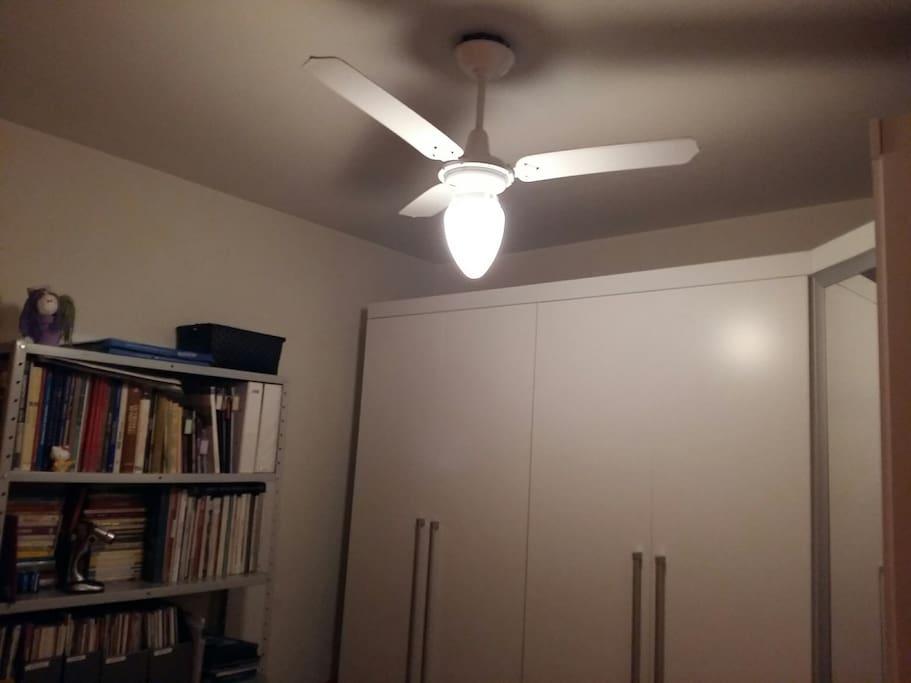 Irei deixar um espaço no armário para seus pertences! / You can use a part of the closet for your belongings