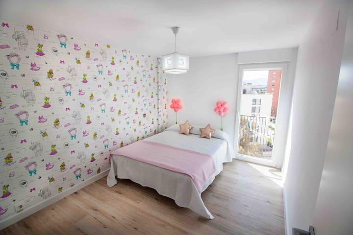 Primera habitación doble con vistas a la montaña, cama de 150 por 190 cm, armario empotrado doble, ventilador y persiana automática y programable.