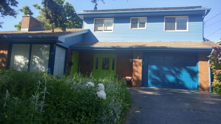 Scenic, private, upstairs suite on ravine lot