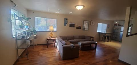 Cheerful 2 Bdrm centrally located near the freeway, hospitals, dining,  shopping,  wineries and other attractions that Southern Oregon offers.