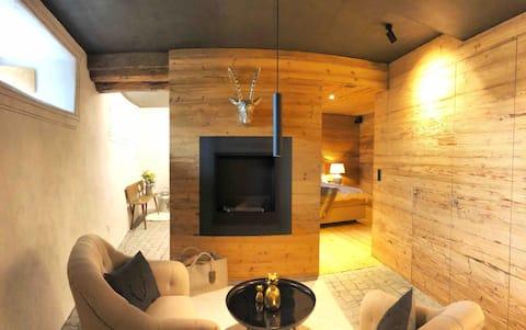 Luxuriöses Zimmer mit Kaminlounge