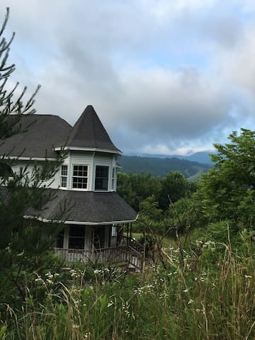 Sky Castle with Mountain View's, sleeps 10!