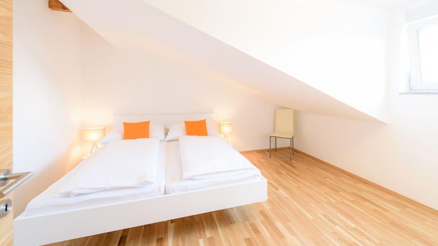 Schlazimmer mit Doppelbett