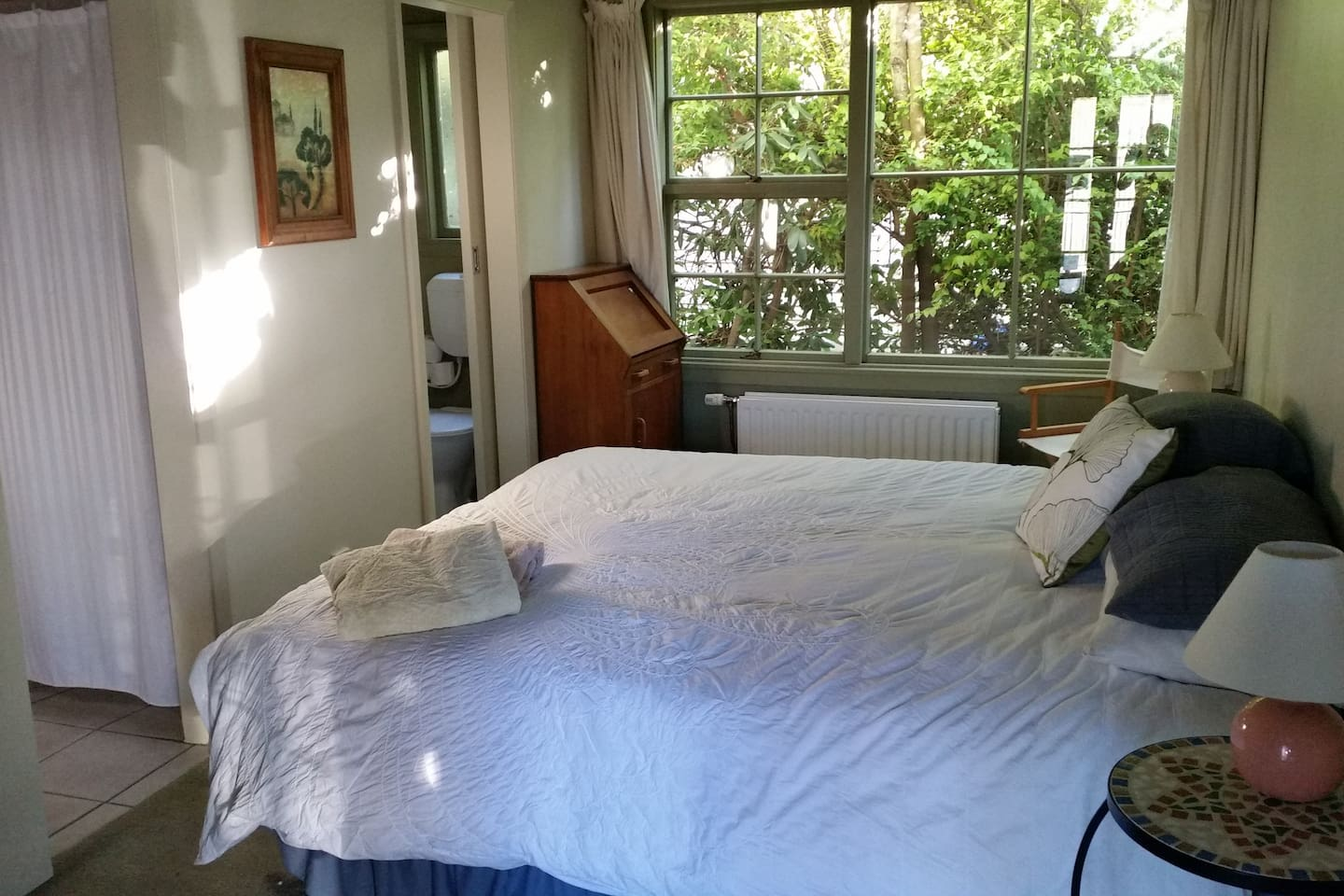 MT COOK ROOM - King size bed with en-suite.  Ability to make this room a twin if needed.