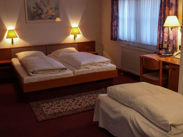 Hotel Bär, (Sinsheim), Dreibettzimmer mit Dusche und WC