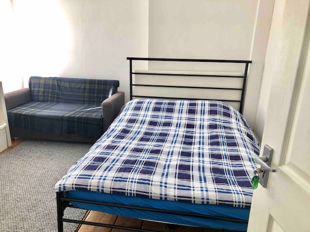 2D CLEAN AND CENTRAL DOUBLE BEDROOM NEAR WATERLOO.