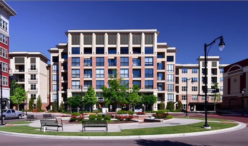 Luxury Condo |  Mins From Stadium  & Lenox Mall