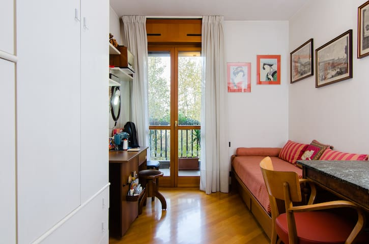 Room in Isola district (next to Garibaldi St.)