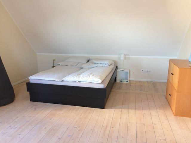 Großes Zimmer mit Balkon in einem Privathaus
