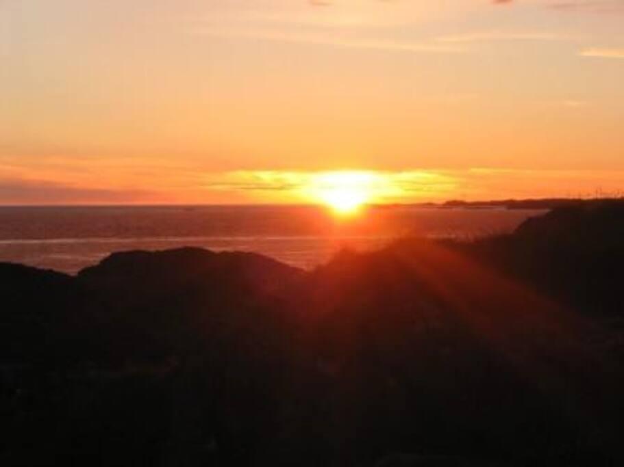 Utsikt fra huset med solnedgang i vest.