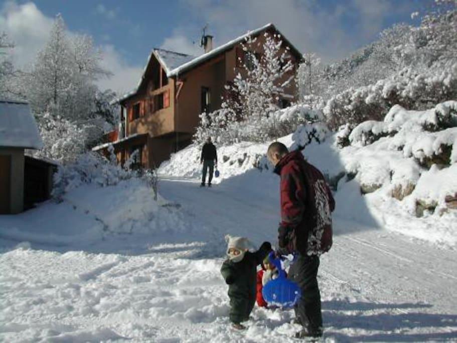 Piste de luge devant la maison en hiver