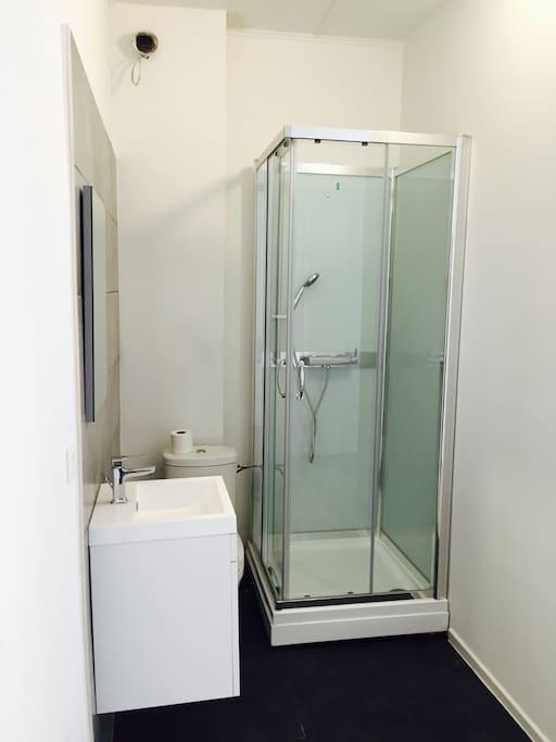 Douche ouverte privée dans la chambre