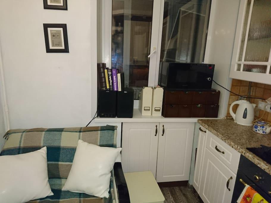 На кухне также имеется раскладное кресло - кровать (абсолютно полноценное место для сна). На кухне также есть телевизор и большой стол