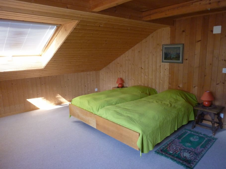 Geräumiges Schlafzimmer im zweiten Stock mit Balkon.