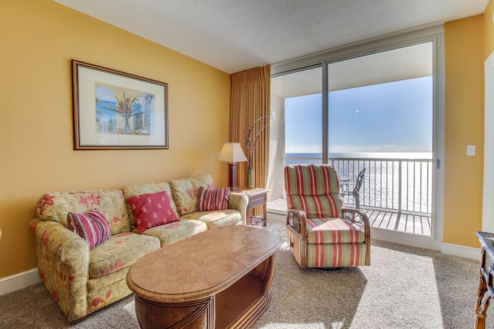 Beachfront condo w/ balcony, views, shared pools & hot tubs! Snowbirds welcome!