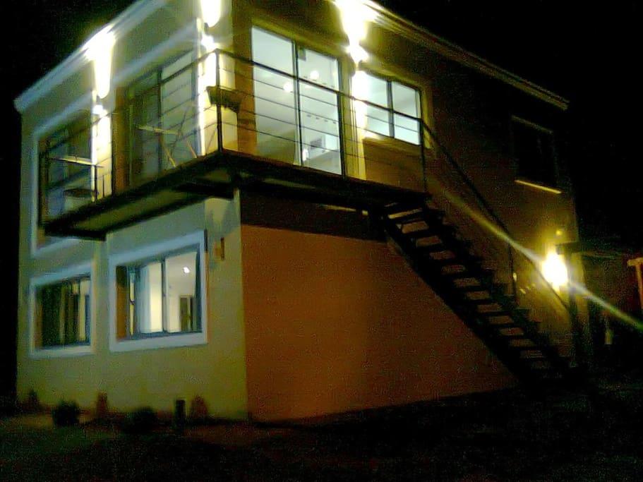 Vista fachada en la noche