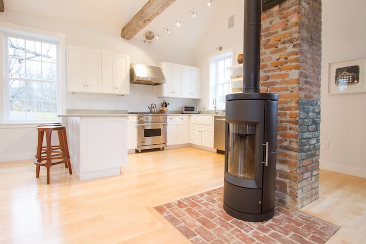 Lovely Brick Schoolhouse - Putney - House