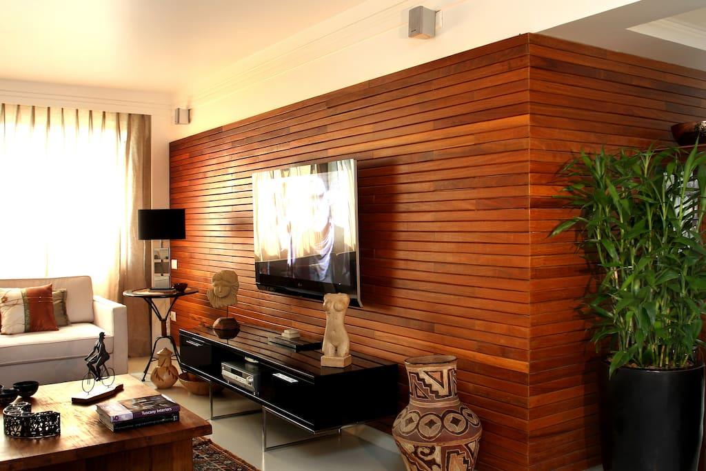 Painel em madeira com TV e Home-theater