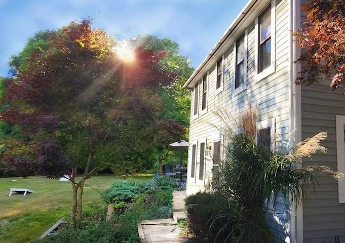 Delightful Saltbox -- Walking Distance to Beach! - South Kingstown - House