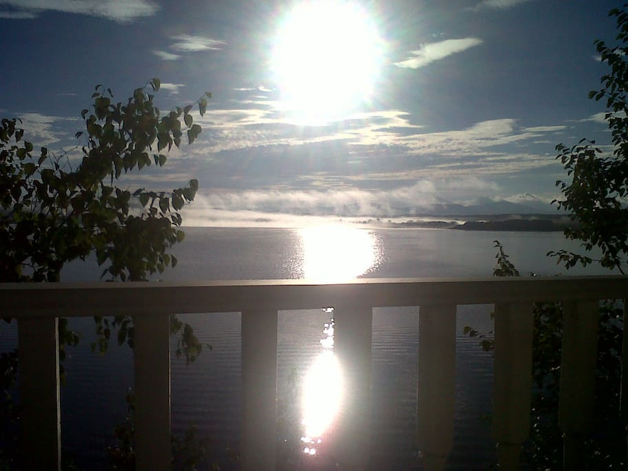Lever du soleil sur le Lac Mégantic de la grande galerie entourant la maison