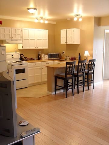 Attractive 1 bedroom suite in family home - Sooke - Apartamento