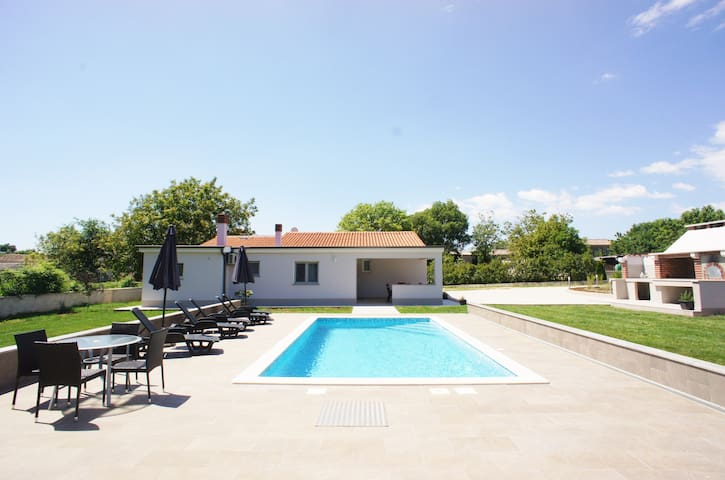 Holiday house sleeps 8, large pool, WiFi, grill
