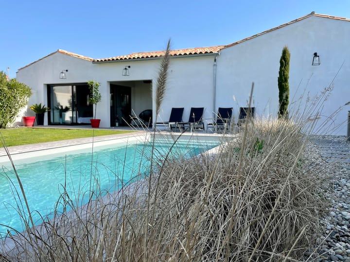 Villa 4 chambres piscine, plage et centre-village