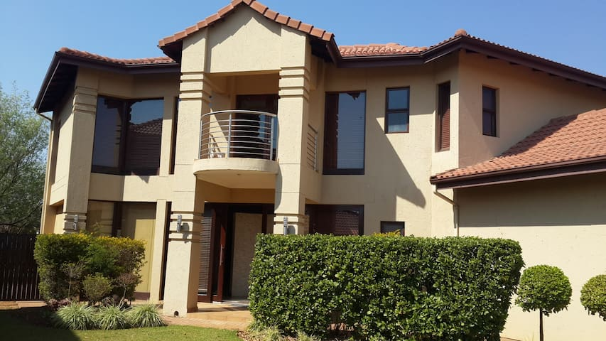 Eagles Retreat Self Catering House 9 People - Hartbeespoort - Dom