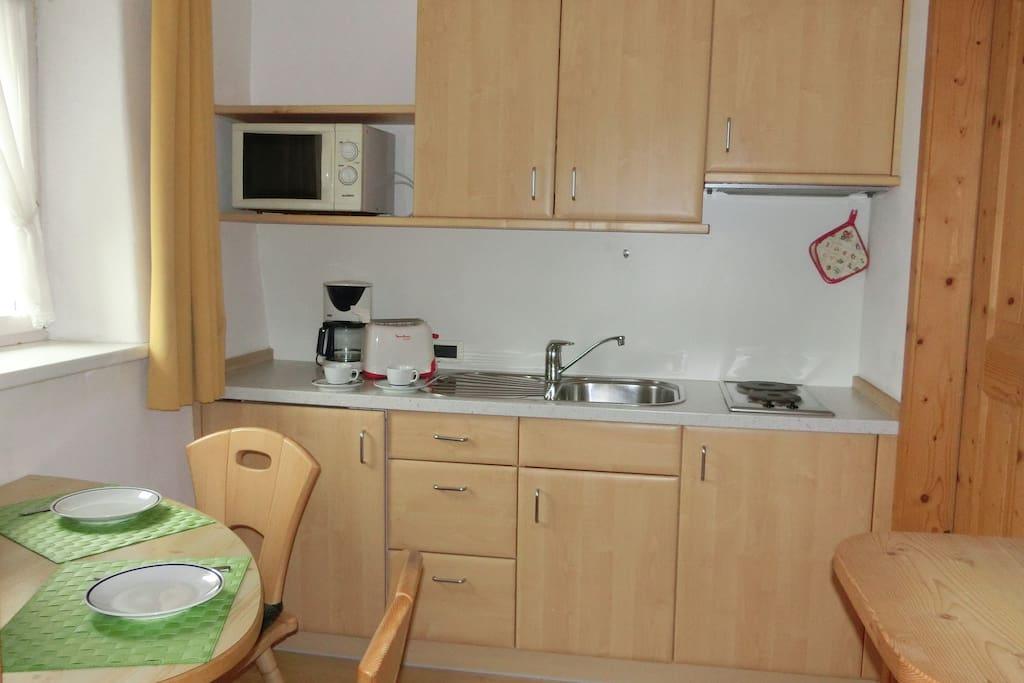 Küchenzeile mit Flat-TV