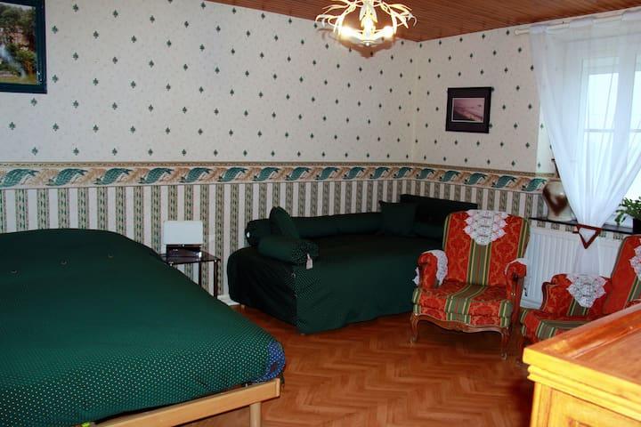 La chambre verte est disponible à la location(voir la première annonce.)