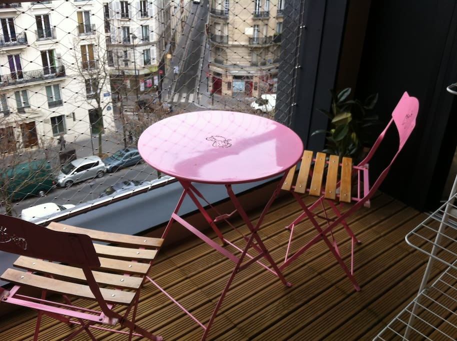 Terrasse de 5m². On peut même voir le bout de la Tour Eiffel :-)