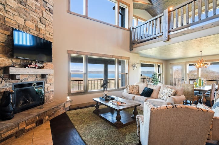 Spacious Bear Lake home w/ access to a shared pool, hot tub, sports courts, gym