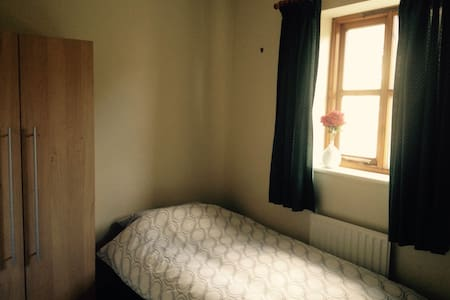 Single room, shared bathroom. - Lancaster