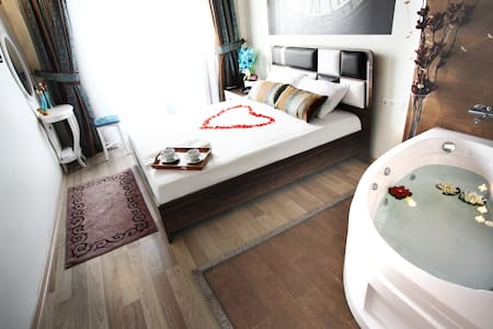 Jacuzzi Romantic Room in Taksim (Balcony)