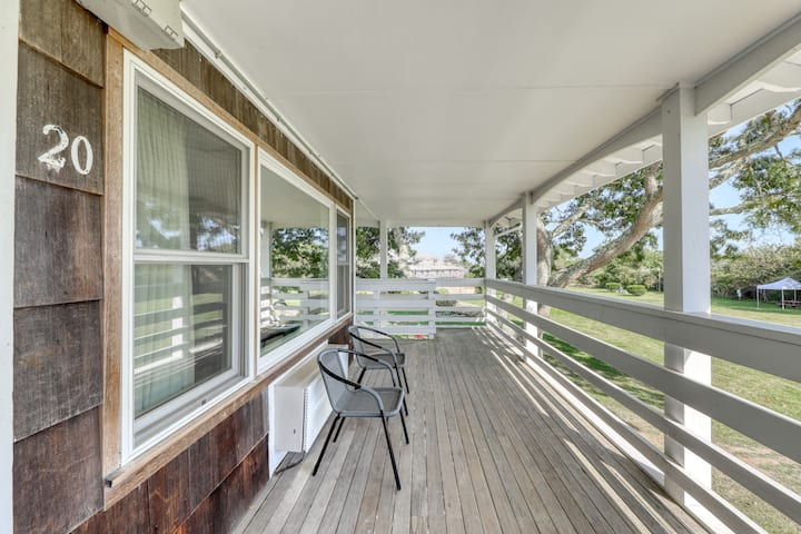 Enjoy this studio for two w/ shared pool & tennis - close to beaches & town