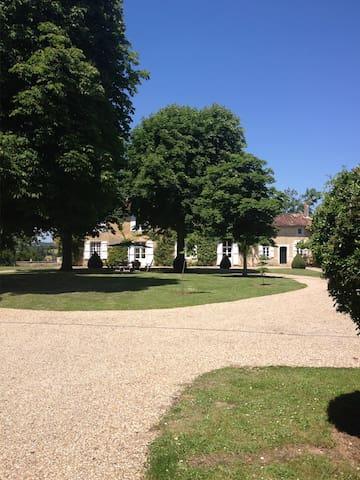 Manoir 17 ieme dominant la Charente - Condac - House