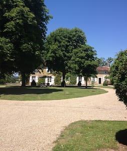 Manoir 17 ieme dominant la Charente - Condac