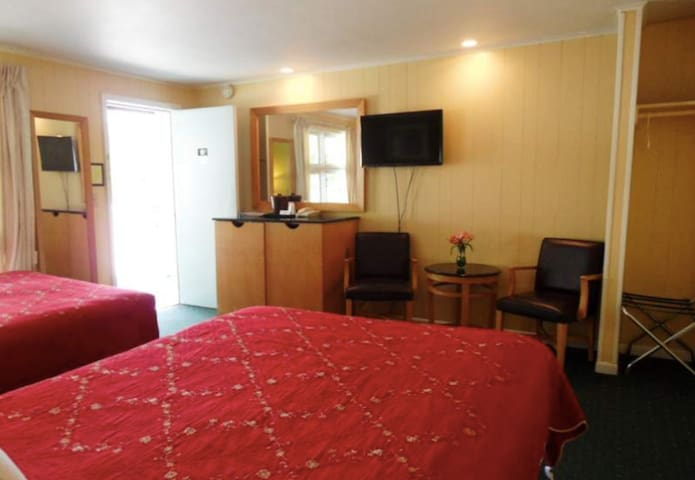 2 Queen Bed Room in Lake George