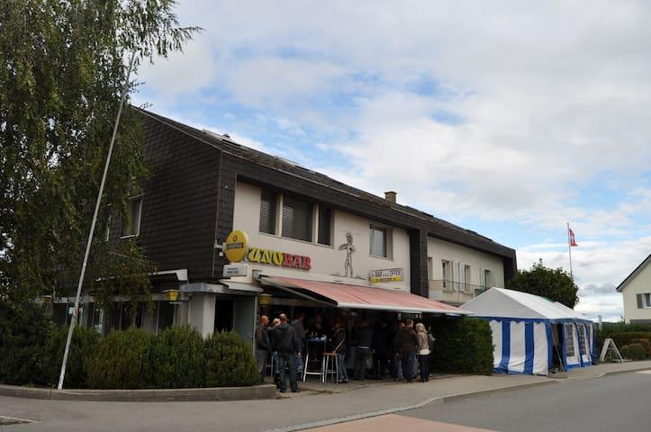 Zentral gelegens Zimmer - Wünnewil-Flamatt - Hus