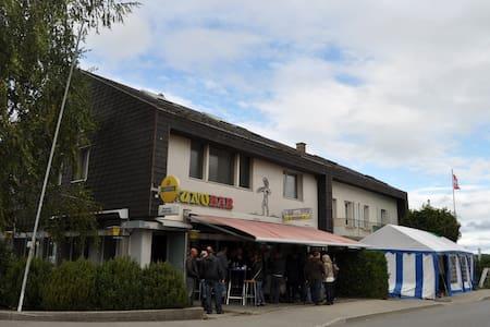Zentral gelegens Zimmer - Wünnewil-Flamatt - Σπίτι
