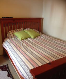 Large room close to transport and city centre. - Newtown - House
