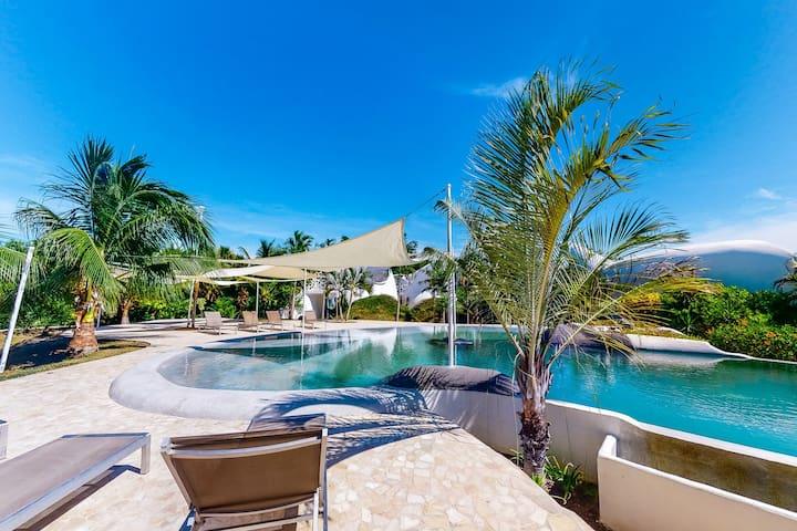 Waterfront, organic architecture w/ shared pool, AC & WiFi - next to the lagoon!